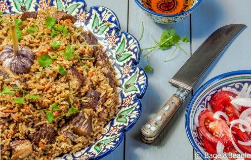 Плов узбекский с салатом из помидор и лука