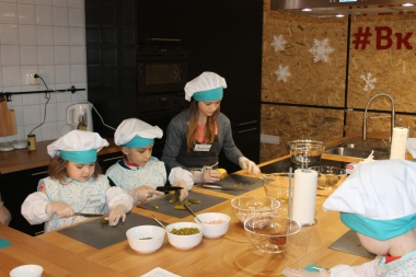 Режем ингредиенты для салата Оливье детский мастер-класс МЕГА Самара