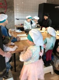 Детки смешивают сами ингредиенты для блинов МЕГА Самара