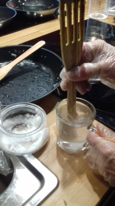 Смешиваем холодную воду с солью