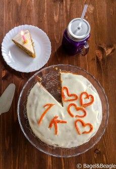 Морковный торт с кремом из маскарпоне и взбитых сливок, смузи из ягод
