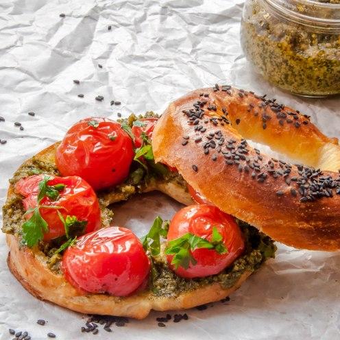 domashnie-bagel-s-sousom-pesto-tomatami