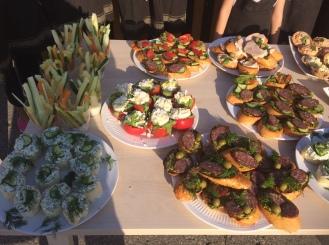Брускетта с салями и песто, тартинки с огурцом, цветочки из помидор, тарталетки с карбовыми палочками и салат в стаканчике