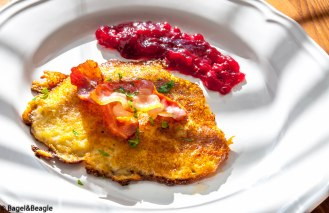 Картофельные блинчики с беконом и брусничным джемом шведская кухня Raggmunk